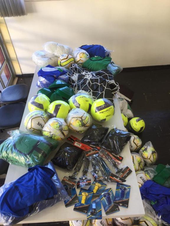 Prefeita Viviane Comiran e Sec. de Educação Cultura e Esportes Vandréia Fernandes receberam uma entrega simbólica de materiais esportivos