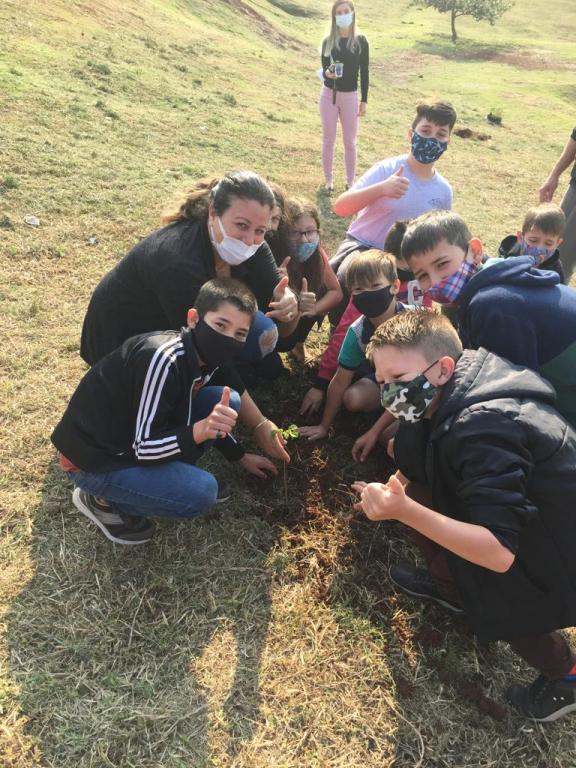 Em comemoração a Semana da árvore, Prefeita Viviane com apoio de estudantes plantam árvores na área do Lago Municipal